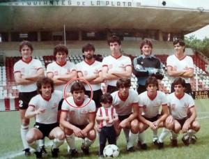 Juan Colombo, em destaque, com a equipe do Estudiantes. Divulgação
