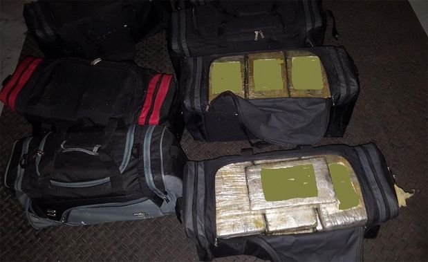 A droga, segundo informações da Polícia Federal, estava armazenada dentro de pelo menos oito mochilas, que foram apreendidas.