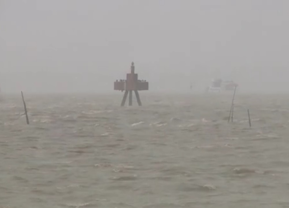 Mau tempo deixa mar revolto no Litoral Sul do Rio Grande do Sul (Foto: Reprodução/RBS TV)