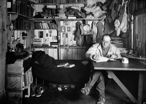 robert-falcon-scott-writing-den-terra-nova-hut_11861_600x450