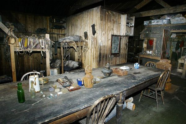 terra-nova-hut-dining-table-robert-falcon-scott_11858_600x450