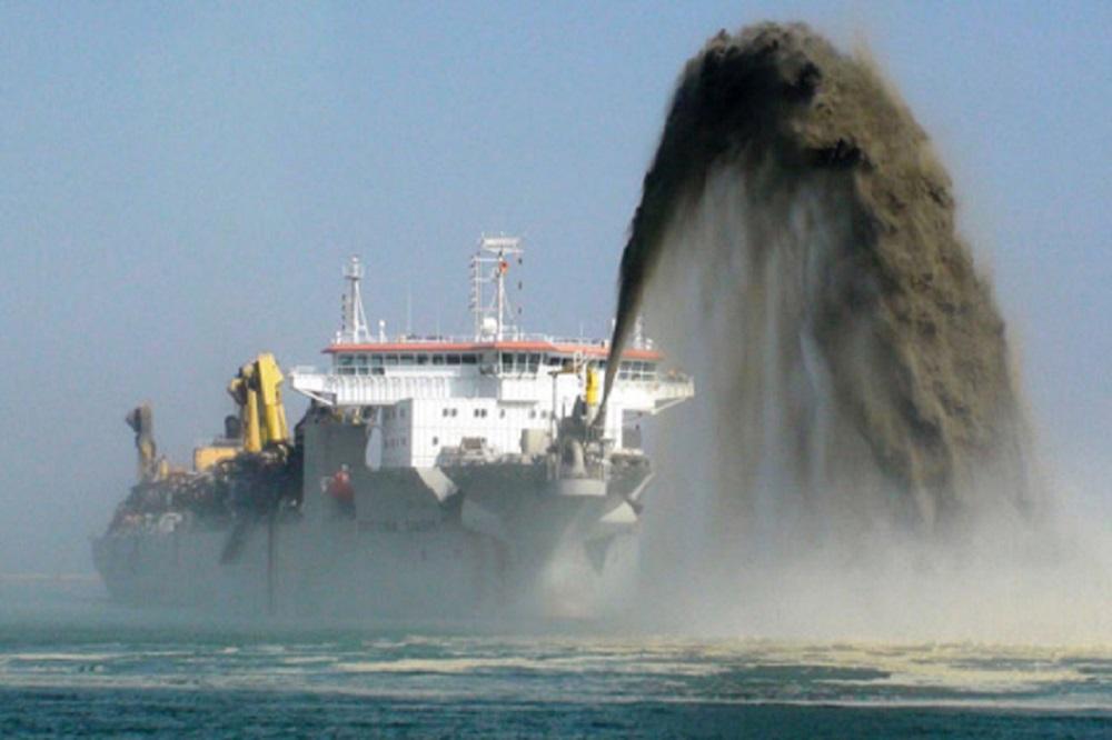 Serão removidos aproximadamente 18 milhões de metros cúbicos de sedimentos, mantendo a profundidade do canal interno em 16 metros e do canal externo em 18 metros / Arquivo