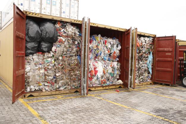 Rastreando a documentação das empresas, foi possível detectar a irregularidade em outros 25 contêineres no porto de Santos (SP). Na documentação, a carga constava como polímeros de etileno para reciclagem. Na verdade, eram toneladas de lixo doméstico e hospitalar, como fraldas, seringas e preservativos / Guga Volks