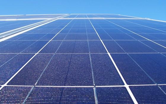 Placa fotovoltaica, que produz eletricidade a partir da luz do sol (Foto: Ascom de Votuporanga-Wikimedia)