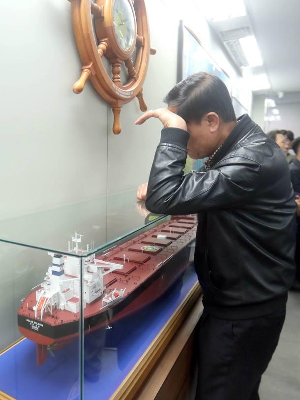 Familiares dos tripulantes desaparecidos aguardam por notícias na Coreia do Sul