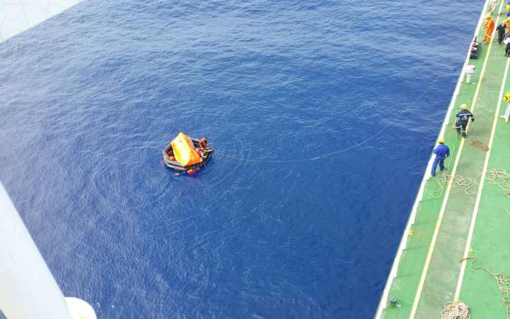Operação de resgate de tripulantes de navio cargueiro de empresa sul-coreana; filipinos são até agora únicos sobreviventes de naufrágio (Foto: Marinha do Uruguai)