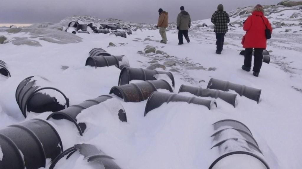 Barris de combustível abandonados em uma antiga base antártica Divisão Antárdia Australiana